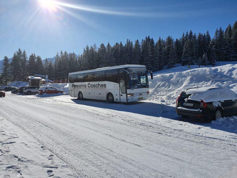 Bus in de Oostenrijkse winterzon.