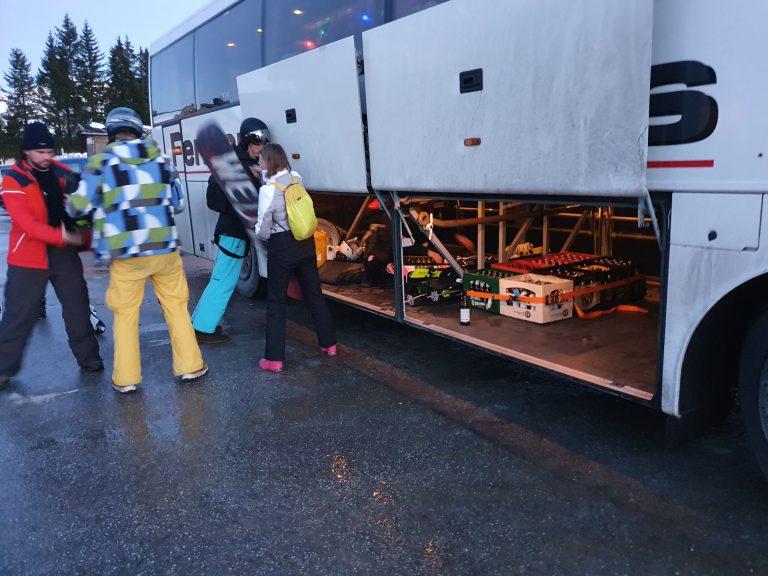 Uitladen van de bus met kratten zichtbaar in het ruim.