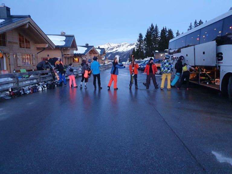 Skiërs en snowboarders laden de Fennema bus leeg.