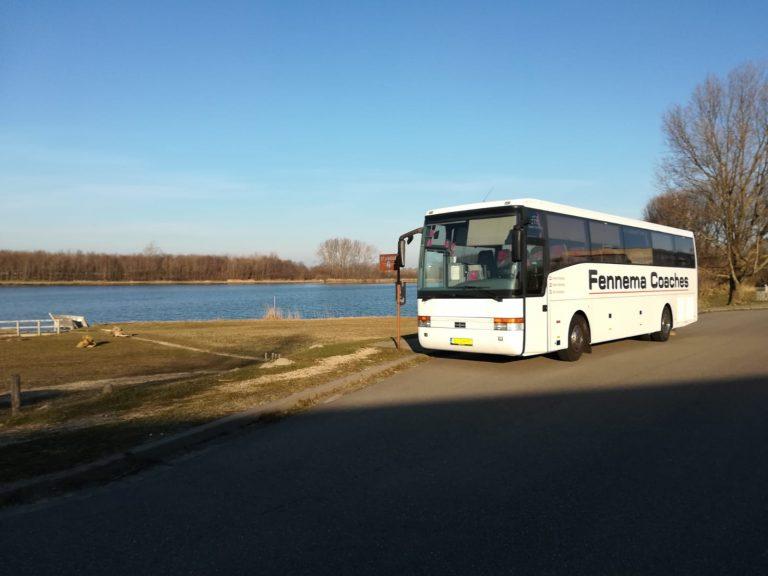 De Fennema bus geparkeerd bij het watersnoodmuseum